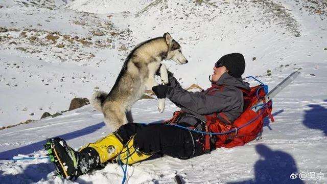吴京阐扬战狼精力, 腿伤恰好便挑衅爬雪山, 吃馒头鸡蛋也高兴!