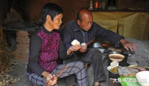 明明有儿女, 农村老人为啥还要生火做饭? 老农说了心里话