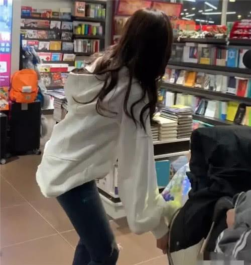 书店偶遇吴宣仪,还是爱奶茶的小选,她的一个举动边上小哥被骂惨