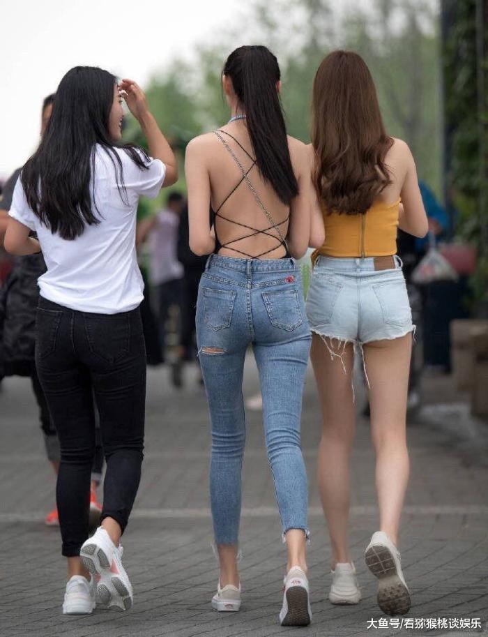 街拍: 该不该给她们普及一下安全意识?