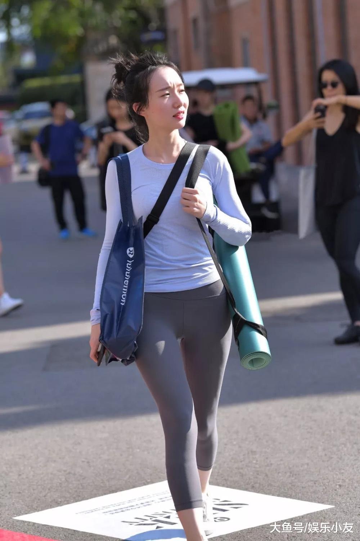 街拍美女:这是去健身房的路上吧?