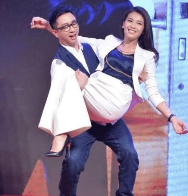 41岁刘涛被王自健公主抱,注意看王自健的手部动作