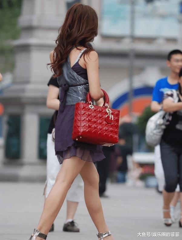 街拍:性感辣妈一身紫色薄纱吊带裙,突显妩媚气质!