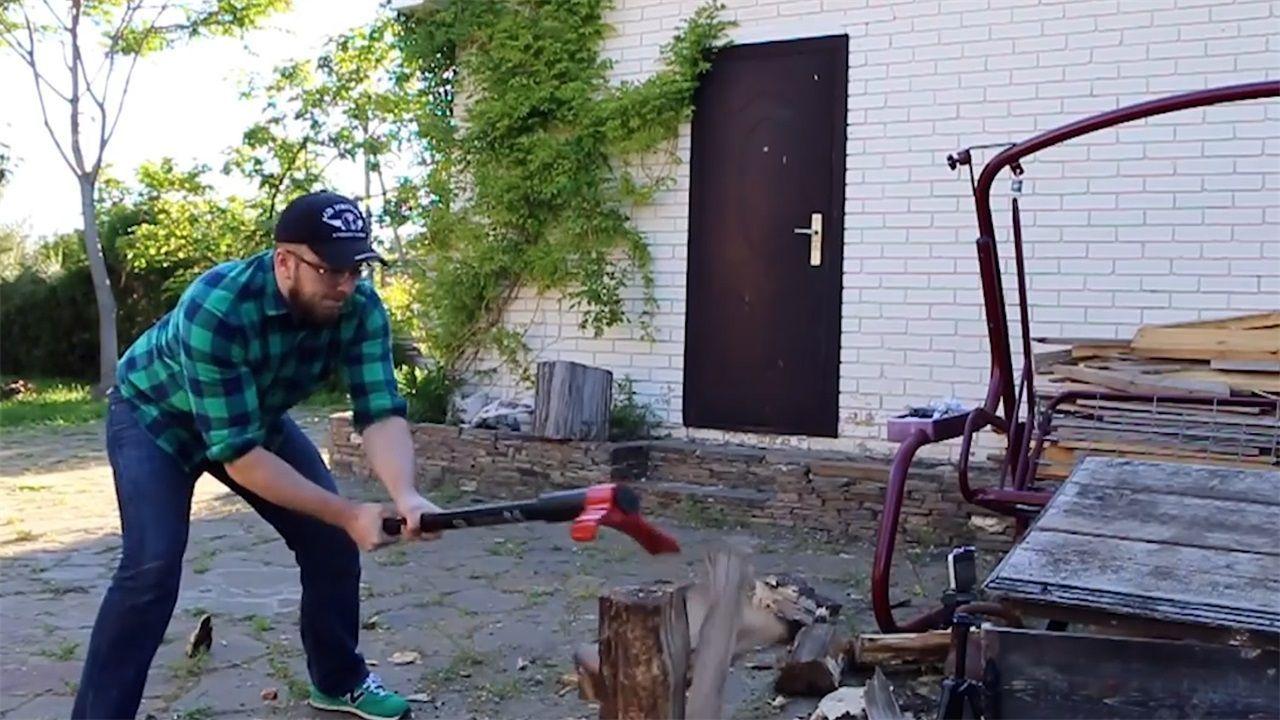 年夜叔创造新型斧子,让劈柴变得省时省力,萌妹子也能够沉紧劈柴