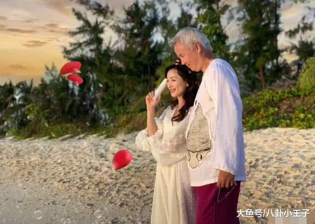 张庭夫妇烟花下浪漫亲吻,林瑞阳一脸坏笑,两人手牵手海边散步