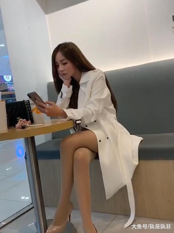 """穿着""""风衣""""的网红小姐姐, 遮住短裤, 只展露出美腿"""