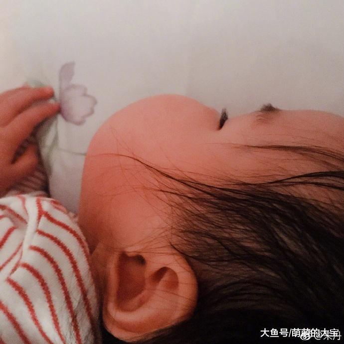墨丹晒女儿萌照,小小丹越长越心爱,侧颜皆能把妈妈好到了