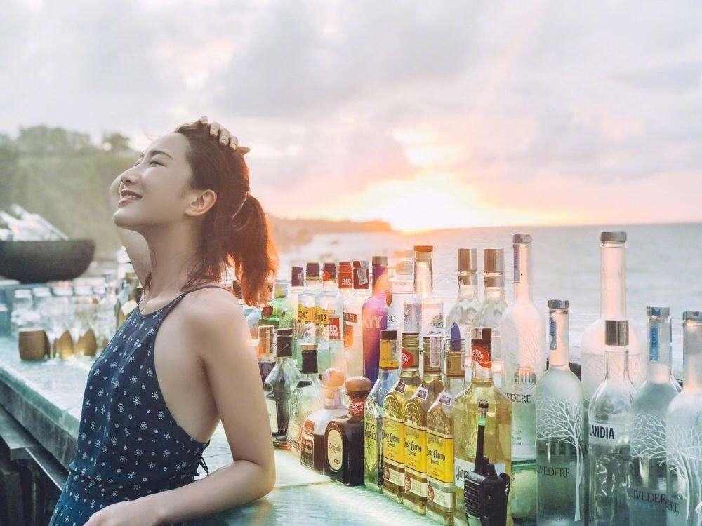 离婚五年,许婧开民宿过起隐居的生活,陈赫却和张子萱游迪士尼