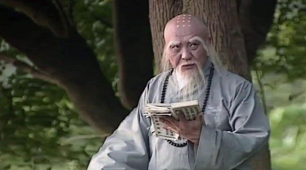 那么白蛇传的故事是否不能进行修改呢?赵雅芝的版本也对民间传说进行了修改,比如结尾法海遁入蟹腹这个桥段就被去掉了,在张曼玉版本的电影《青蛇》中也将法海年龄进行了修改,不是一位老者,而是赵卓饰演的年轻版法海,可谓是一种突破,打破了以往被认为道行高深者与年龄成正比的思维,赵卓的演技也上纲上线。