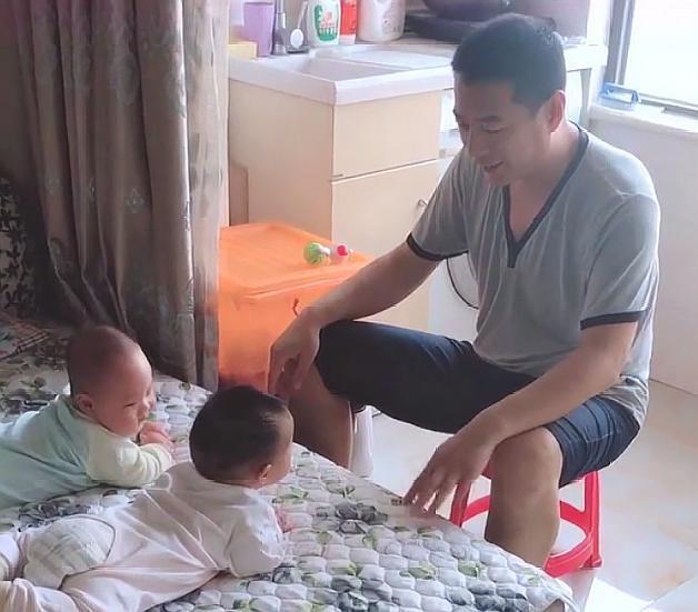 爸爸带娃太无聊,给单胞胎宝宝开年末赞誉年夜会,网友:向导瘾犯了