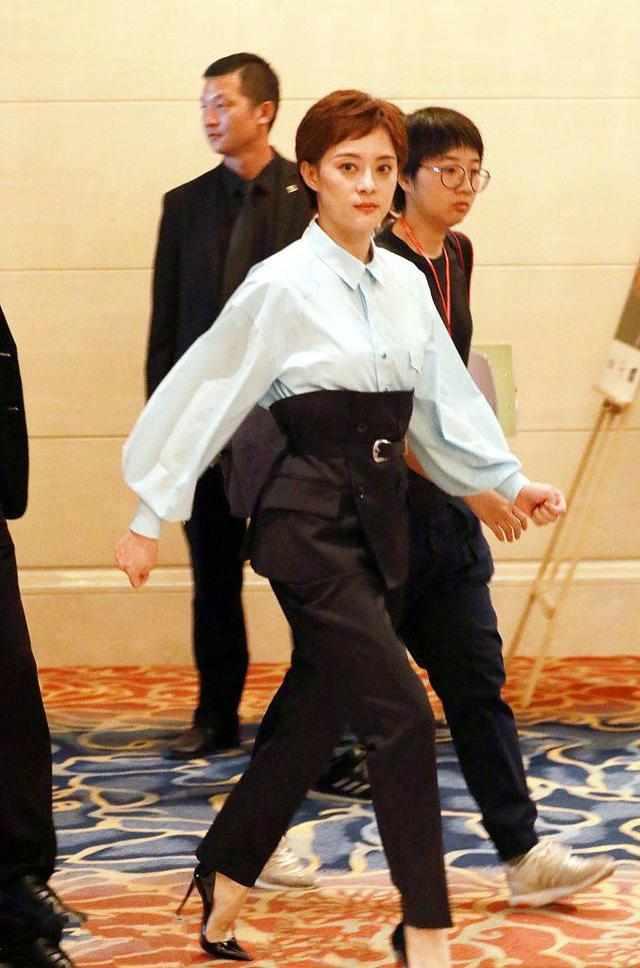 孙俪出现在酒店, 身边都是黑衣保镖, 网友: 排场太夸张