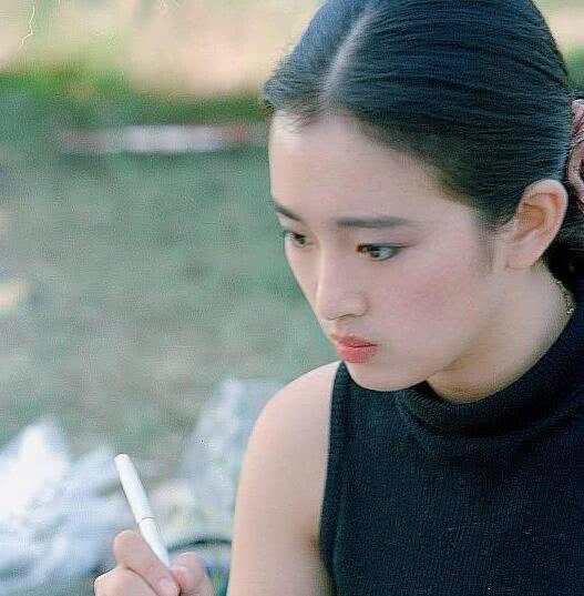 易怪巩俐不只被张艺谋选中,还成为国际女星,看看年青时的她便懂
