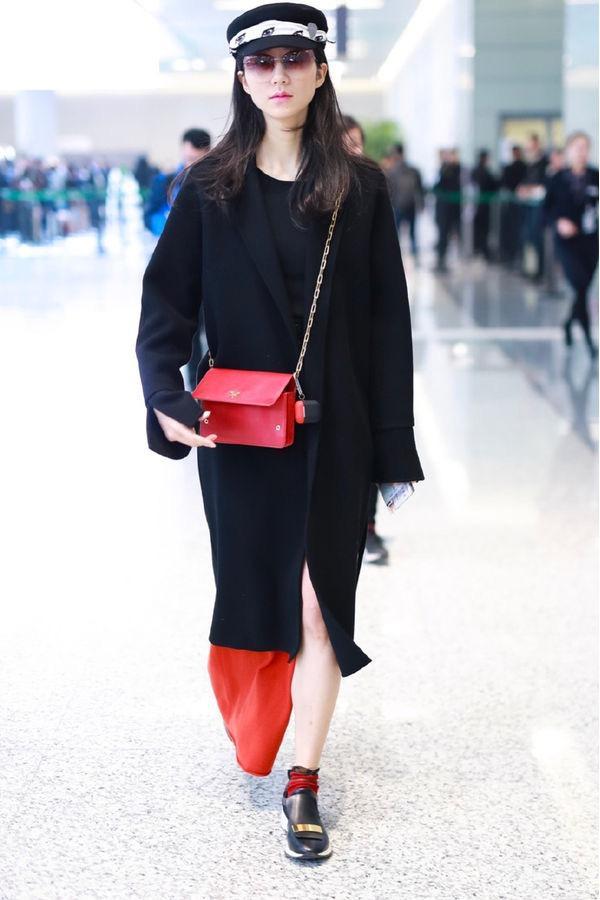 韩雪机场街拍黑色大衣配红色半裙,却被网友吐槽口红色号