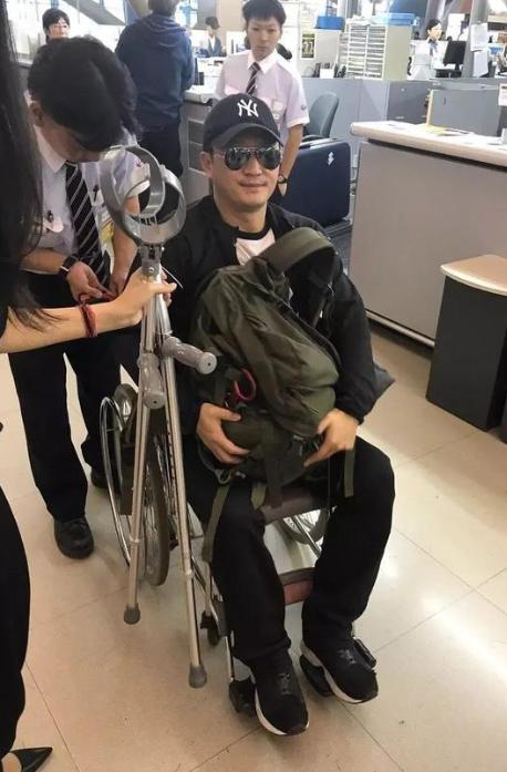 吴京坐轮椅的照片被拍到,能够是旧伤,许多粉丝迥殊的揪心