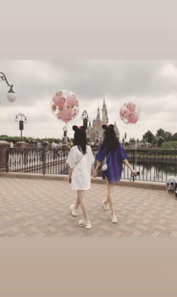 李嫣与闺蜜暑假游迪士尼,晒出王菲同款大长腿