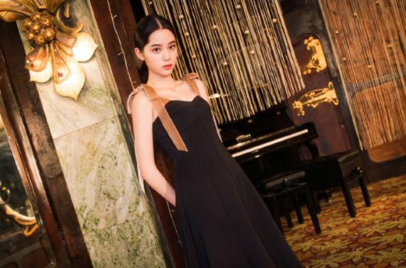 欧阳娜娜时髦感爆表,从前玄色制服长裙穿出浪漫文雅气息