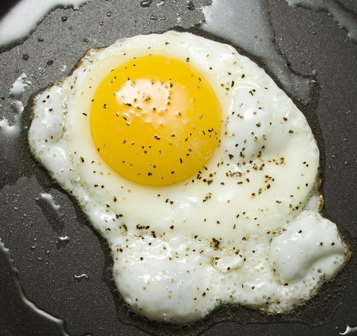 鸡蛋含有丰富的蛋白质等营养成分,所以成了很多人早餐的选择