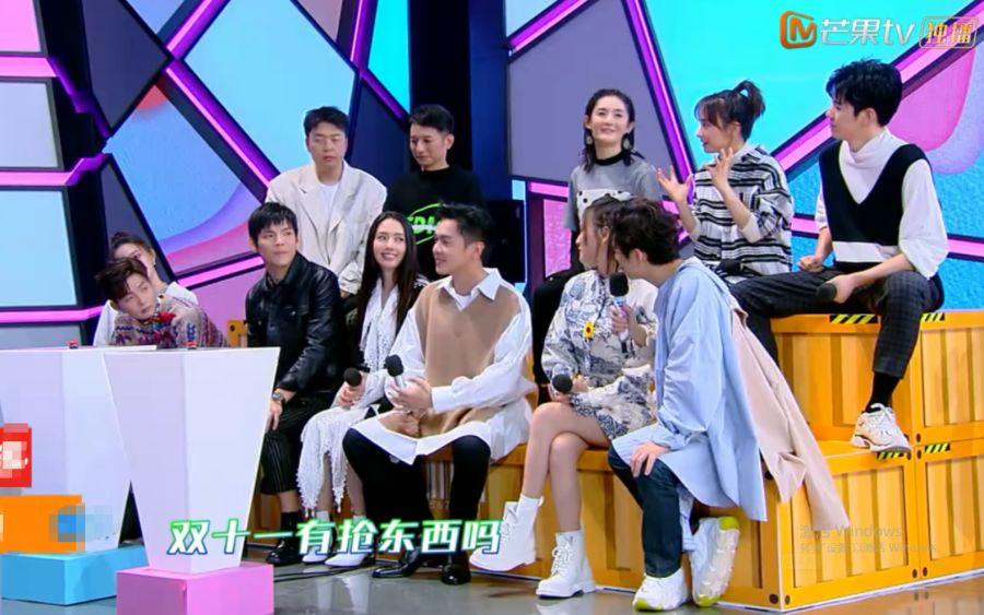 张若昀贴着郭碧婷入座,看到向佐的表情后,急忙澄清:我结婚了!