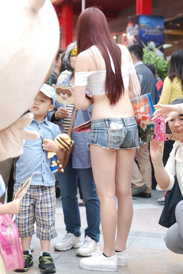 街拍:这才是真正的超短!独一无二!美女身材真棒!