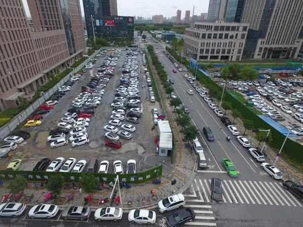 路边停满车妨碍交通,停车场却有几百空位!郑州市民对此看法不一