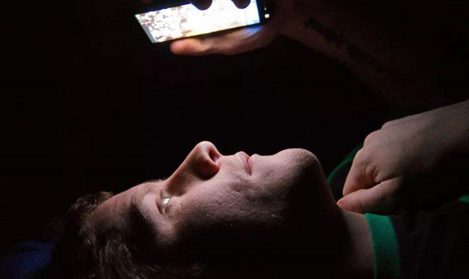 万万别在睡觉前玩脚机,用不了多暂便会有费事去找您