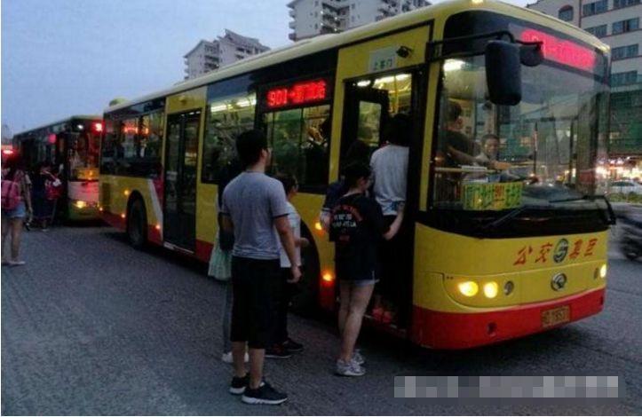 奇女子上公交车,大爷们都蒙了,正面形象奇葩