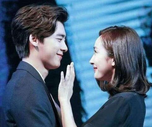 """杨幂与李易峰""""拥抱"""", 两人的反应太可爱了, 杨幂: 他蛮害羞的"""