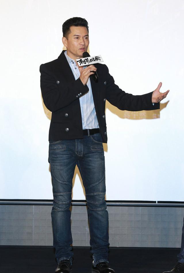 63岁吕良伟西拆配牛仔裤帅气有型 头发稠密皮肤滑腻似30岁小伙