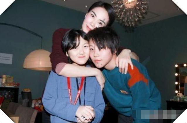 王菲女儿李嫣用了几百万动手术后,自信拍封面照,还有人说丑
