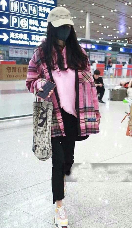 杨幂越去越低调了,机场专走vip,一身黑也易掩时髦气息!