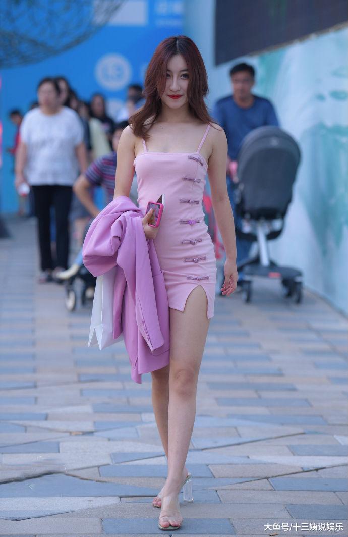 甜美粉色系也能搭出霸气御姐范儿,美女穿搭超吸睛