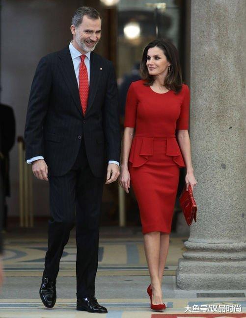 西班牙王后再秀复古造型,蕾丝裙配盘发优雅知性,鞋子搭配显尴尬