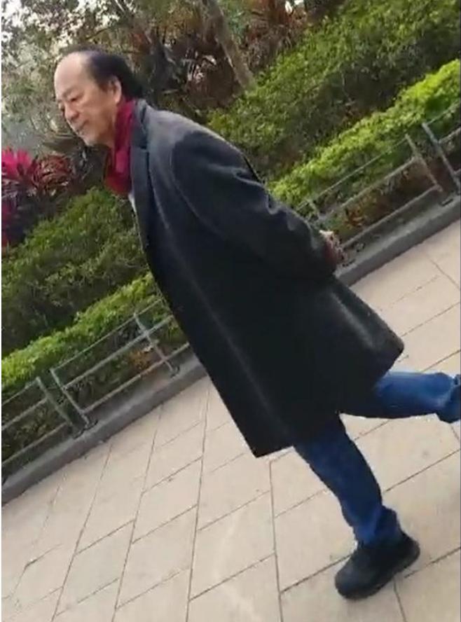 网友奇逢72岁影帝狄龙漫步推筋 头发黝黑精力好