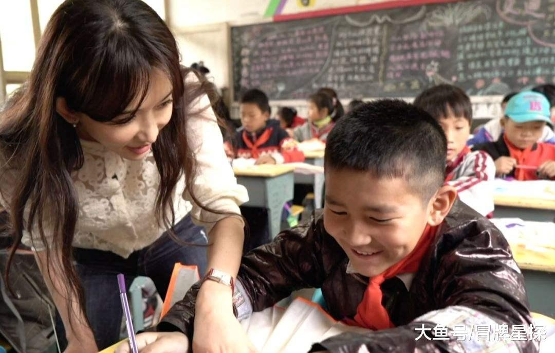 林志玲发微博, 晒出一群贫苦山区儿童穿上新鞋子过冬, 实是一小我好心擅的小仙女!