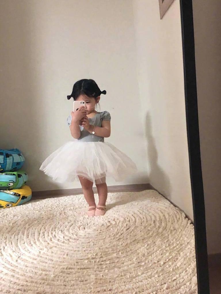 4岁小女孩晒自拍,成了时髦博主,网友:又骗我死孩子!