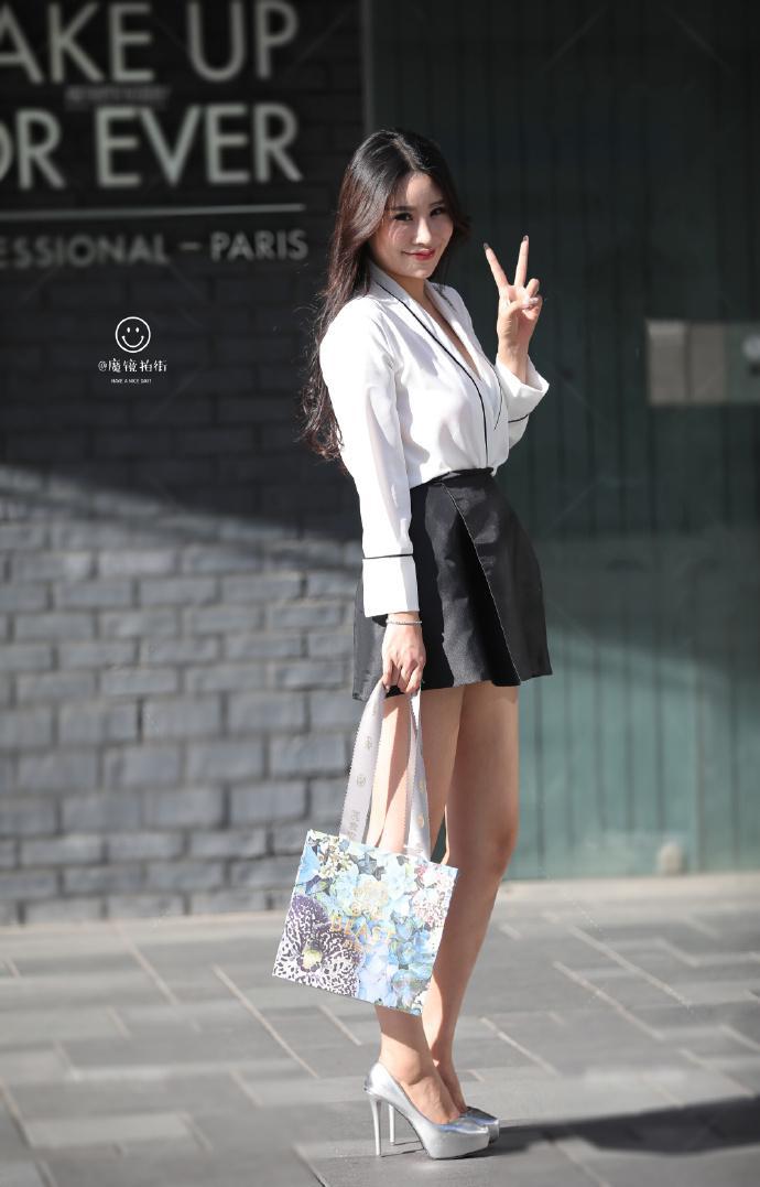 宽松的衬衫慵懒随性。搭配半身裙特别好看!