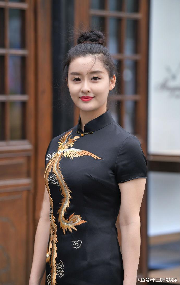 """精致美女身穿霸气的黑色""""凤袍"""",独特气质让人惊艳"""
