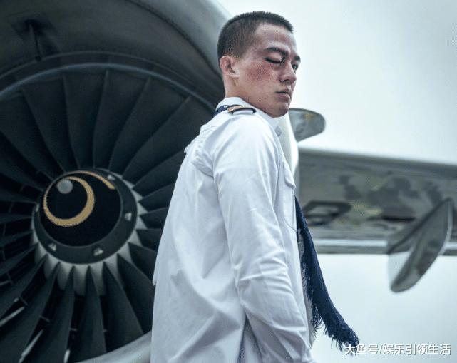 《中国机长》口碑不错,欧豪自己下飞机引热议,真实事件更危险!