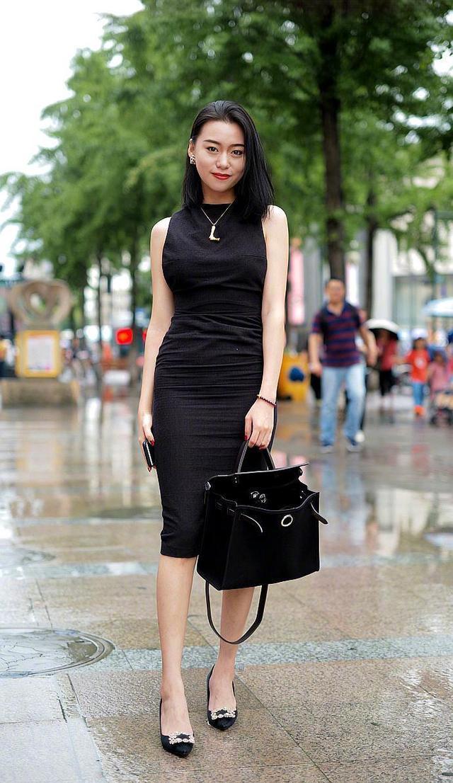 街拍中穿黑色连衣裙的小姐姐,好看的不要不要的,非常显瘦