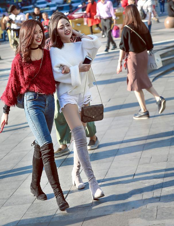 紧身牛仔裤搭配长筒靴,时尚靓丽又不失性感