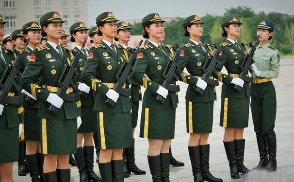 阅兵仪式上的女兵,穿戴长筒靴,为何还会穿丝袜?