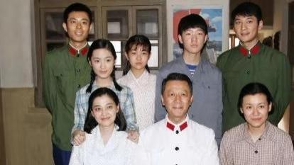 """《父母爱情》剧组重聚!梅婷站C位脸超小却被""""亚菲""""麒麟臂抢镜"""