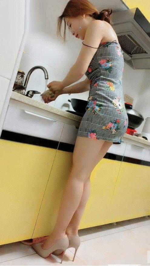 这是摆拍吧,在家做饭谁会穿这样的衣服?