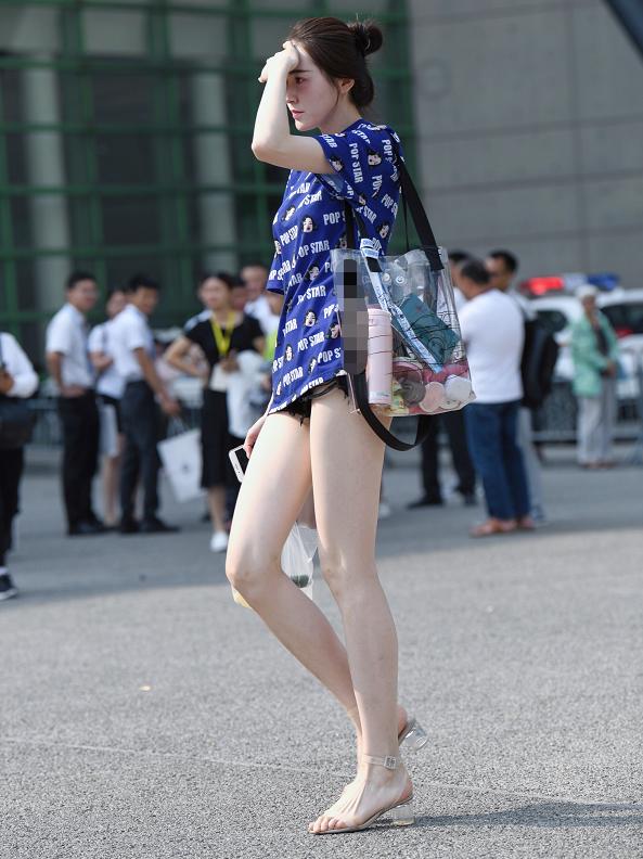 清凉装扮秀出完美大长腿,有实力就是怎么穿都好看