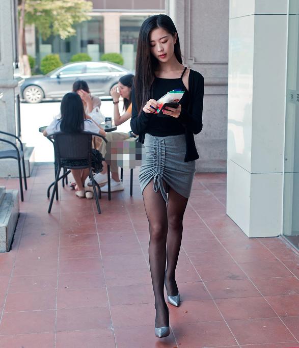 气质美女黑色吊带装性感撩人,这腿型简直完美