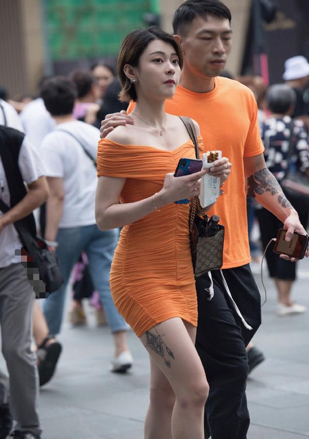 高颜值气质美女,穿的这算是情侣装吗?
