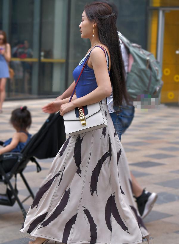 蓝色吊带配优雅长裙,彰显时尚辣妈独有的气质