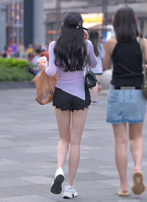 紫色紧身秋衣搭配黑色牛仔热裤,美女这身装扮十分吸睛