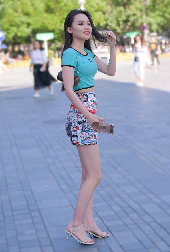 身材高挑的少数民族小姐姐,这条短裙看的人眼花缭乱