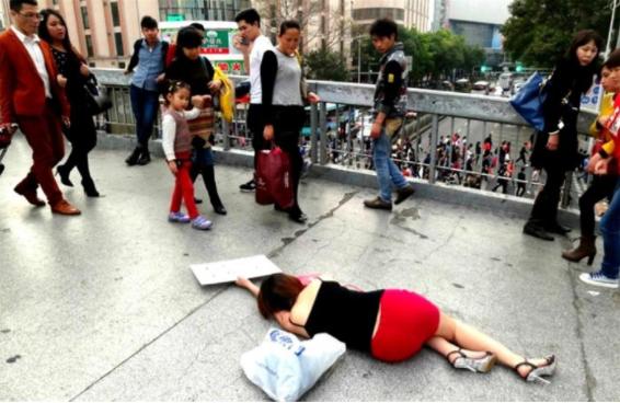 """男子""""晕倒""""年夜街,伸脚扶她的小哥被她脚里牌子吓跑"""